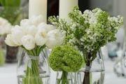 Στολισμός γαμήλιου τραπεζιου με άσπρα λουλουδια